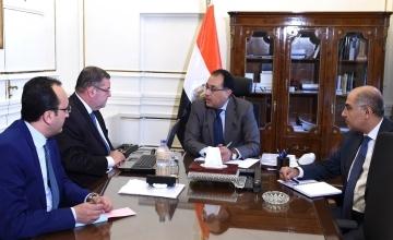 رئيس الوزراء المصري مصطفى مدبولي خلال لقائه وزير قطاع الأعمال هشام توفيق (رويترز)