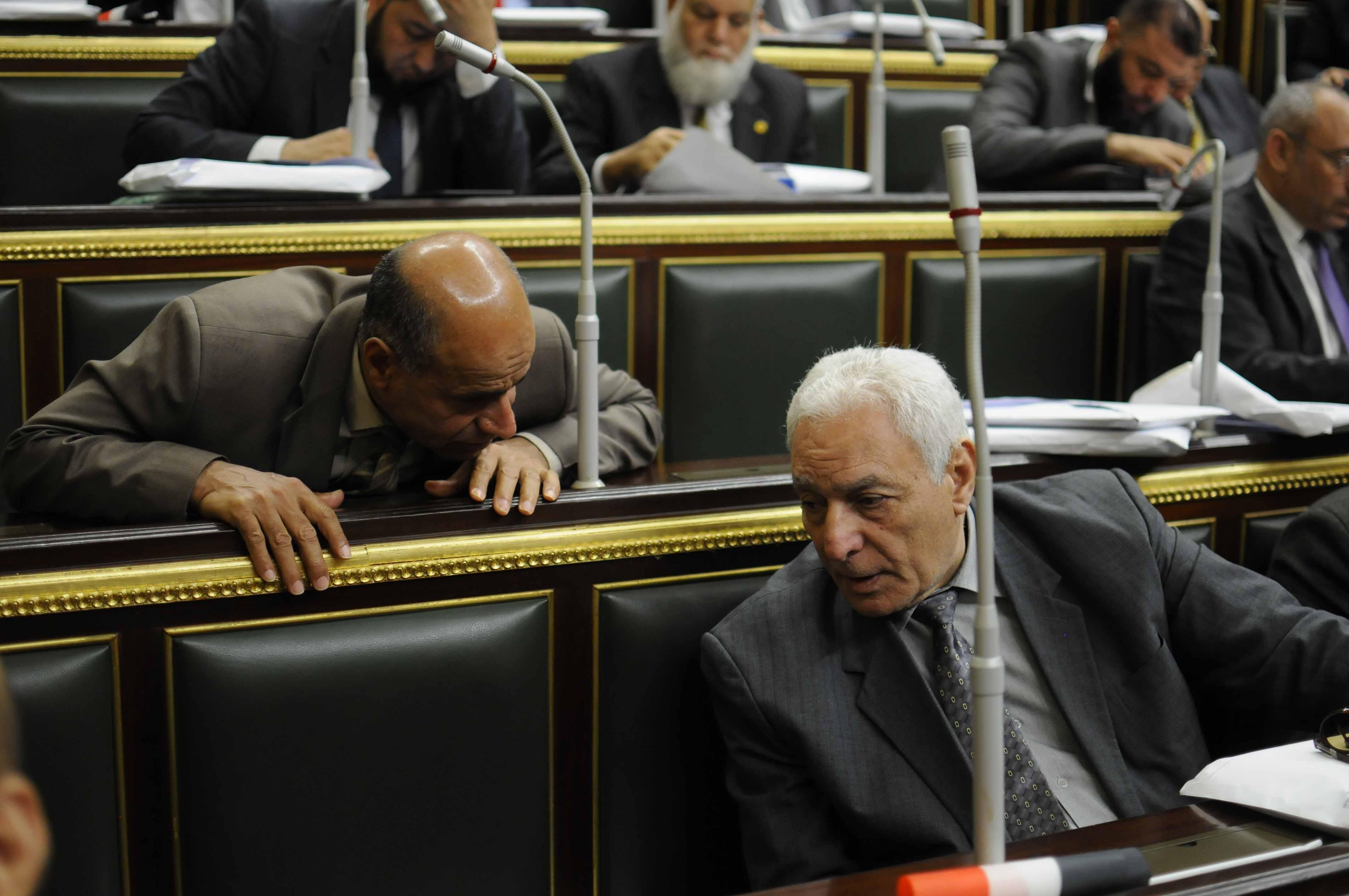 نائبان يتبادلان الحديث أثناء جلسة إقرار التعديلات الدستورية بمجلس النواب المصري (خاص إندبندنت عربية)