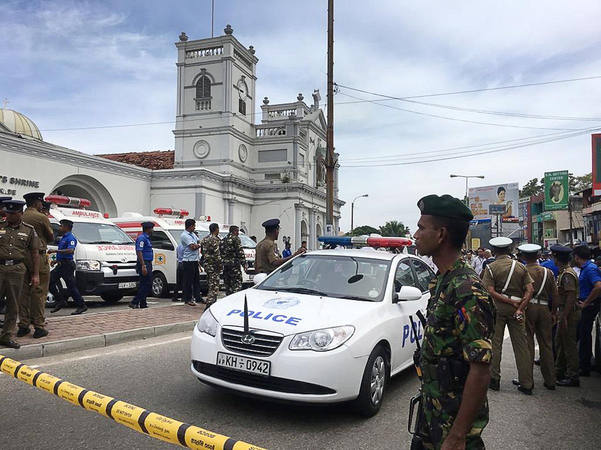 قوات الجيش السريلانكي تنتشر في محيط أحد المواقع التي استهدفتها التفجيرات (أ.ب.)