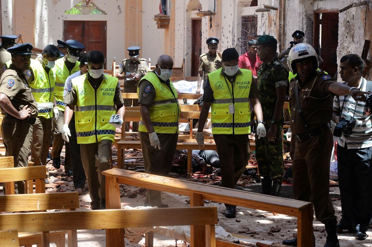 الشرطة السريلانكية تعاين موقع انفجار فندق شانغرايلا كولومبو (رويترز)