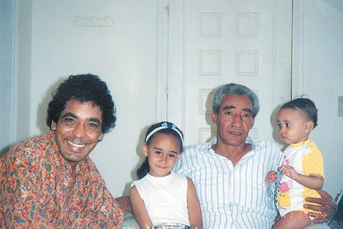 شاعر العامية المصرية الكبير عبد الرحمن الأبنودي مع المطرب محمد منير وطفلتيه آية ونور (وكيميديا)