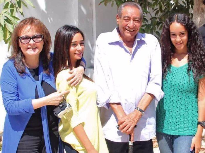 شاعر العامية المصرية الكبير عبد الرحمن الأبنودي مع زوجته نهال كمال وابنتيه آية ونور (وكيميديا)