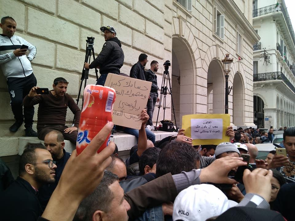 متظاهرون جزائريون أمام محكمة سيدي محمد في العاصمة الجزائرية (اندبندنت عربية)