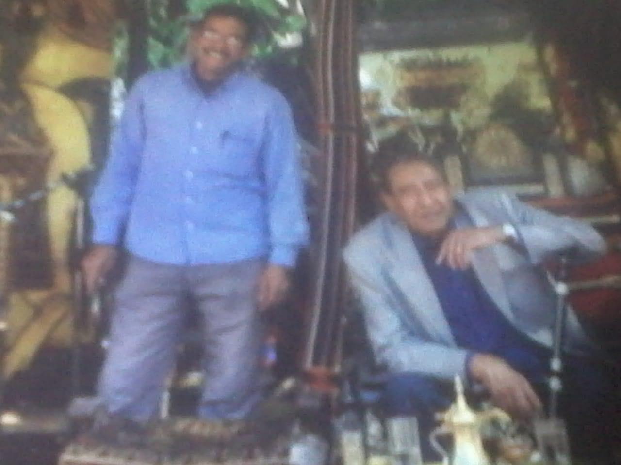 شاعر العامية المصرية الكبير عبد الرحمن الأبنودي ومساعده محمود محمد مصطفى  (خاص إندبندنت عربية)