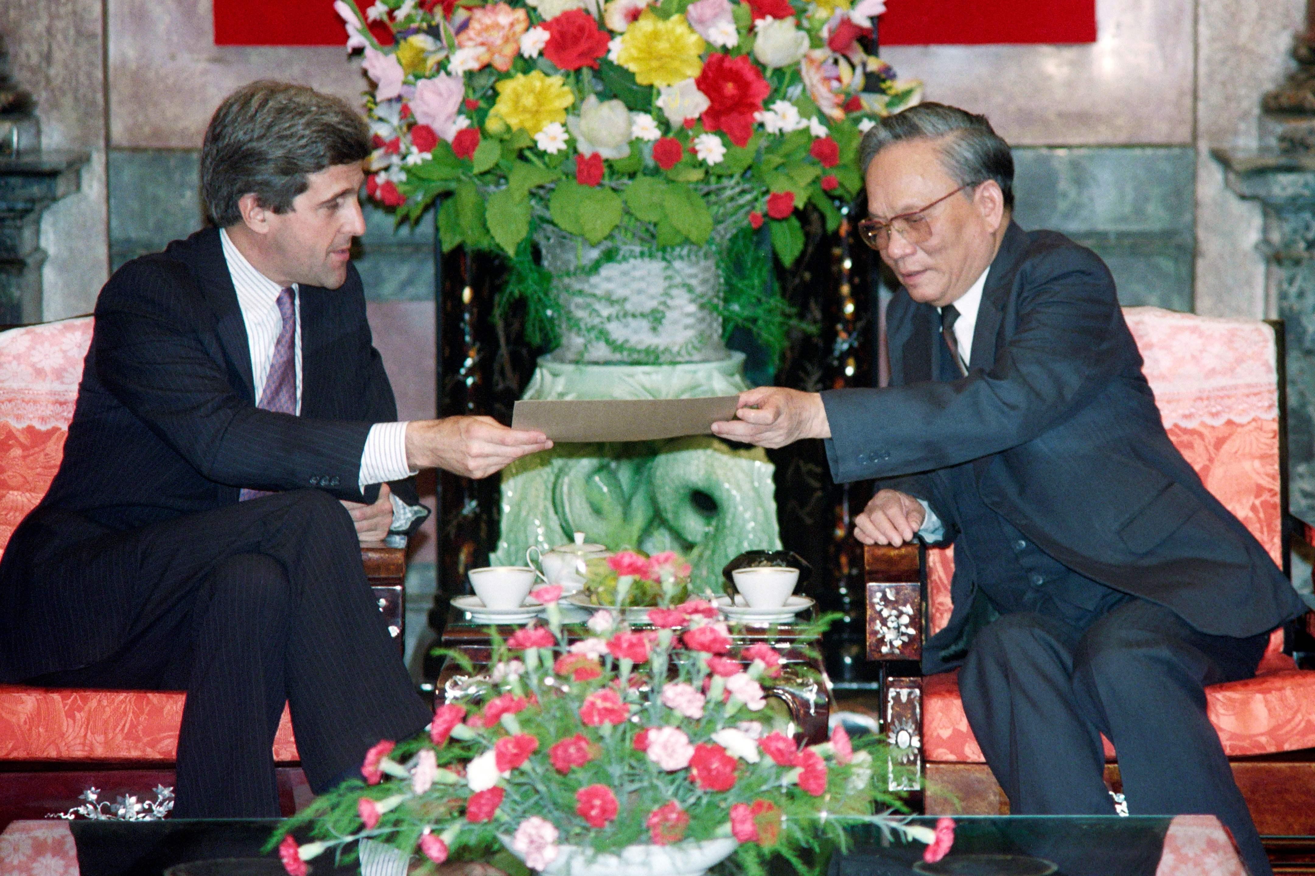 لي دوك آن خلال استقباله السيناتور جون كيري فى نوفمبر (تشرين الثاني) 1992 فى هانوي - أ ف ب