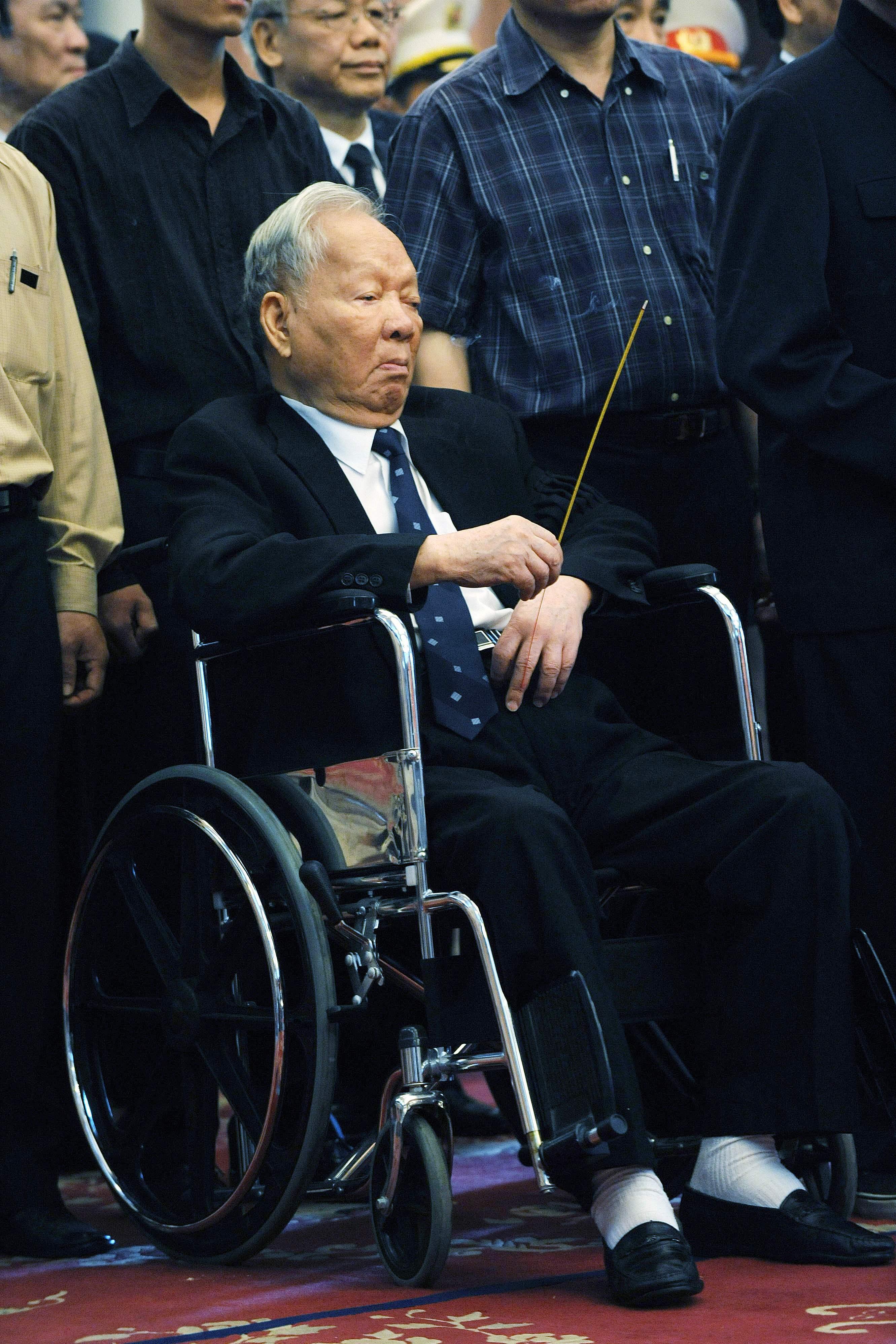 الجنرال الفيتنامي أثناء حضور جنازة أحد المسؤولين السابقين عام 2008 (أ.ف.ب)