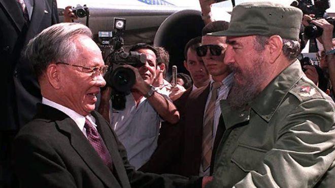 فيدل كاسترو يرحب بنمر كمبوديا لي دوك آن في هافانا أكتوبر 1995 (أ.ف.ب)