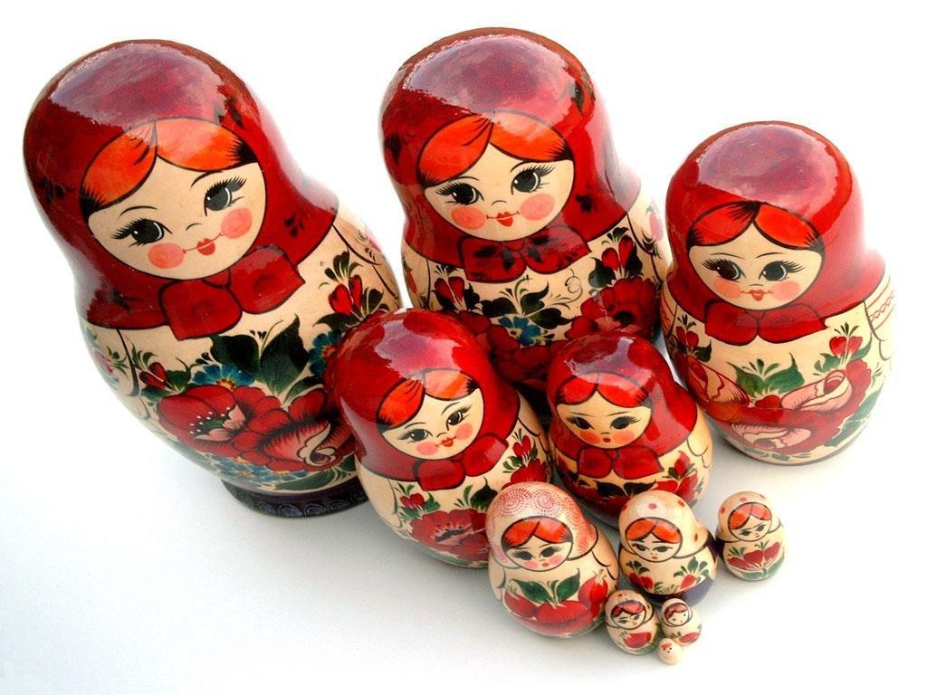 أكبر دمى ماتريوشكا صنعت عام 1970 وعُرِضت في معرض فني في اليابان وتحتوي 72 دمية متداخلة بقيمة 3 آلاف روبل (رويترز)