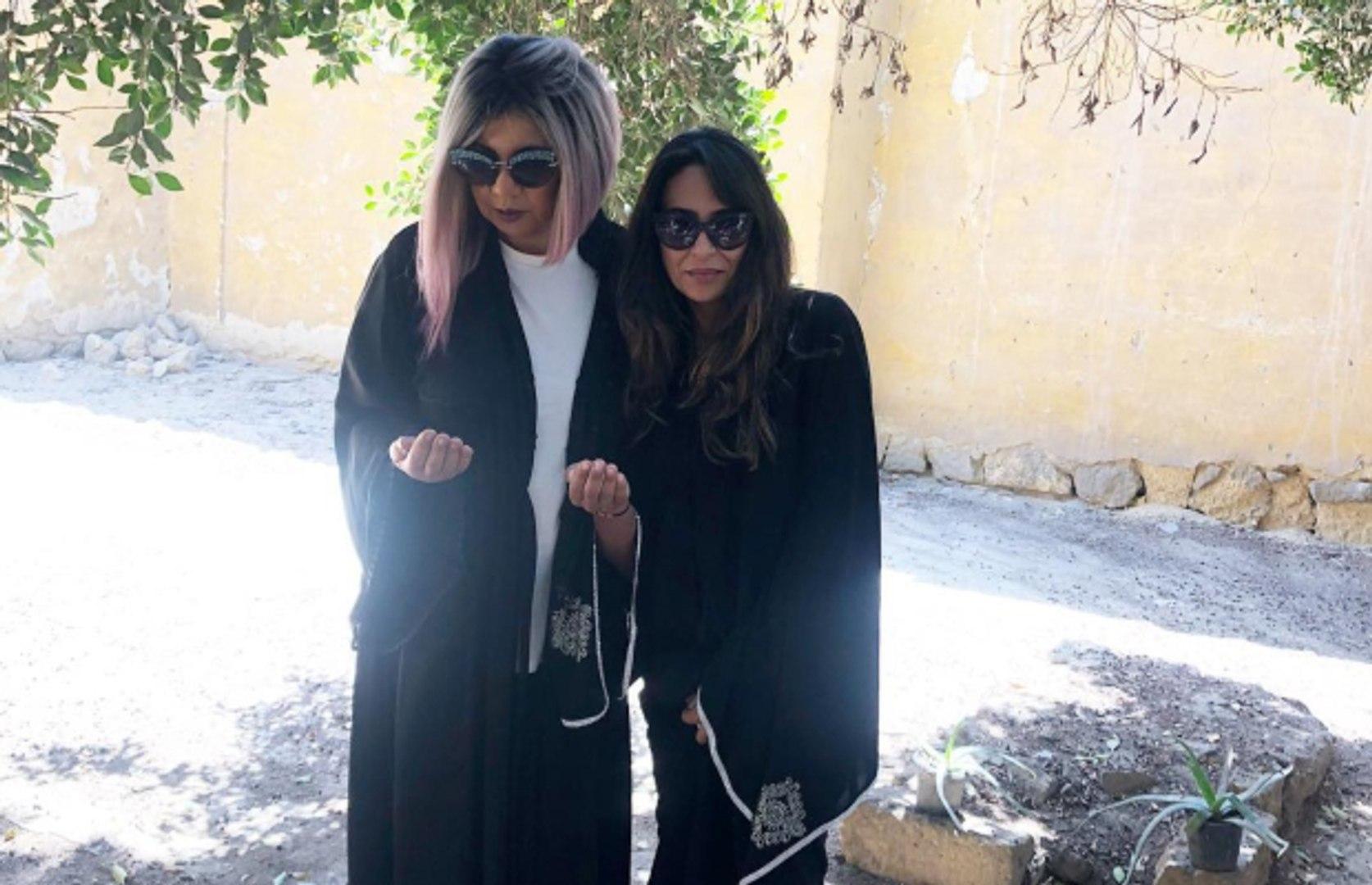 الإعلامية بوسي شلبي وابنة الفنانة ناهد شريف أمام قبر الراحلة (الحساب الرسمي لبوسي شلبي على إنستغرام)