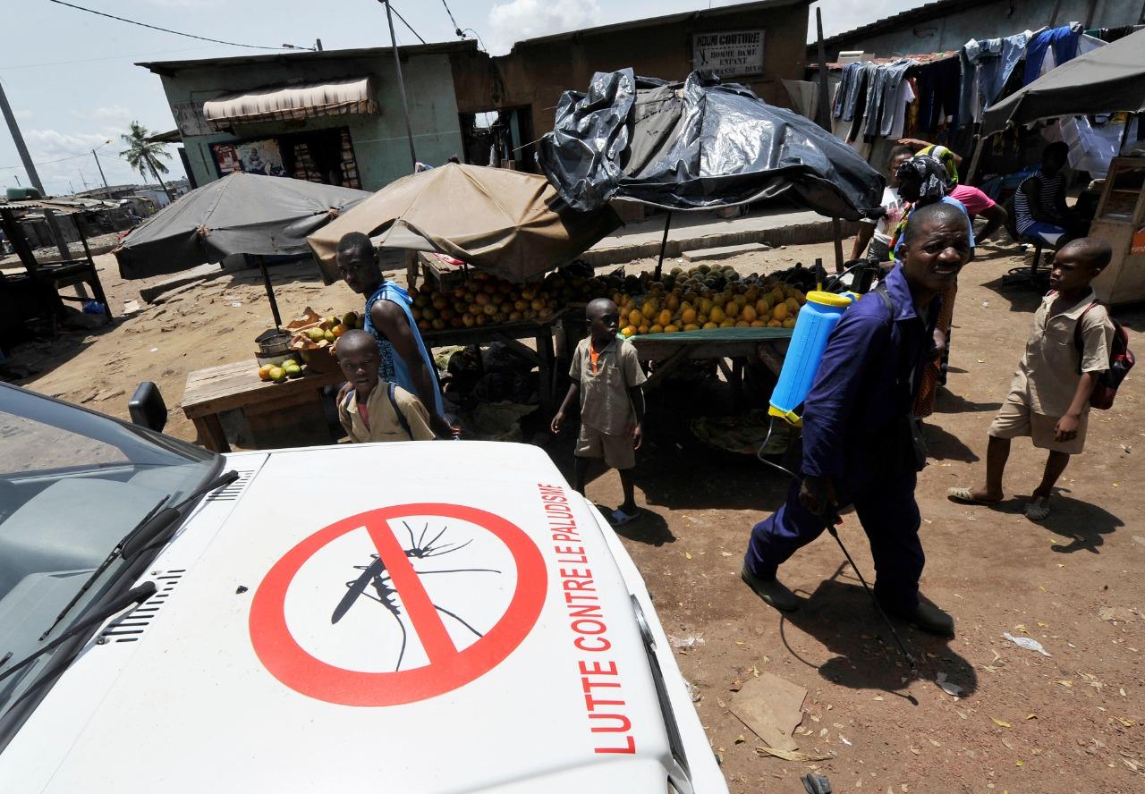 لافتة تشجع مكافحة الملاريا فى اليوم العالمي لمكافحة المرض بأحد الأحياء الشعبية في ساحل العاج (أ.ف.ب)