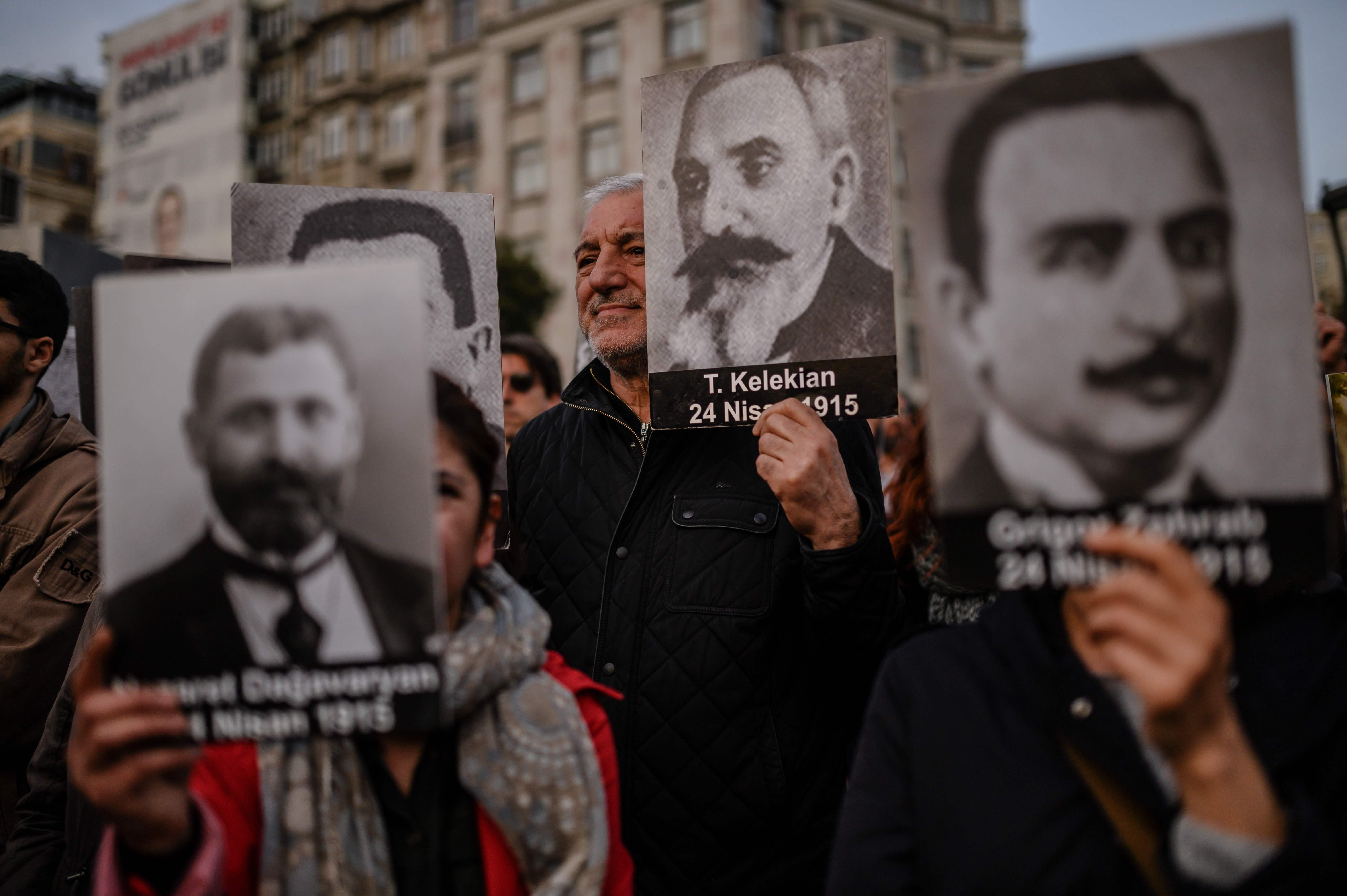 0d8d2201c أرمنيون يحملون صور ذويهم المفكرين ضحايا المذبحة خلال مسيرة فى إسطنبول  (أ.ف.ب)