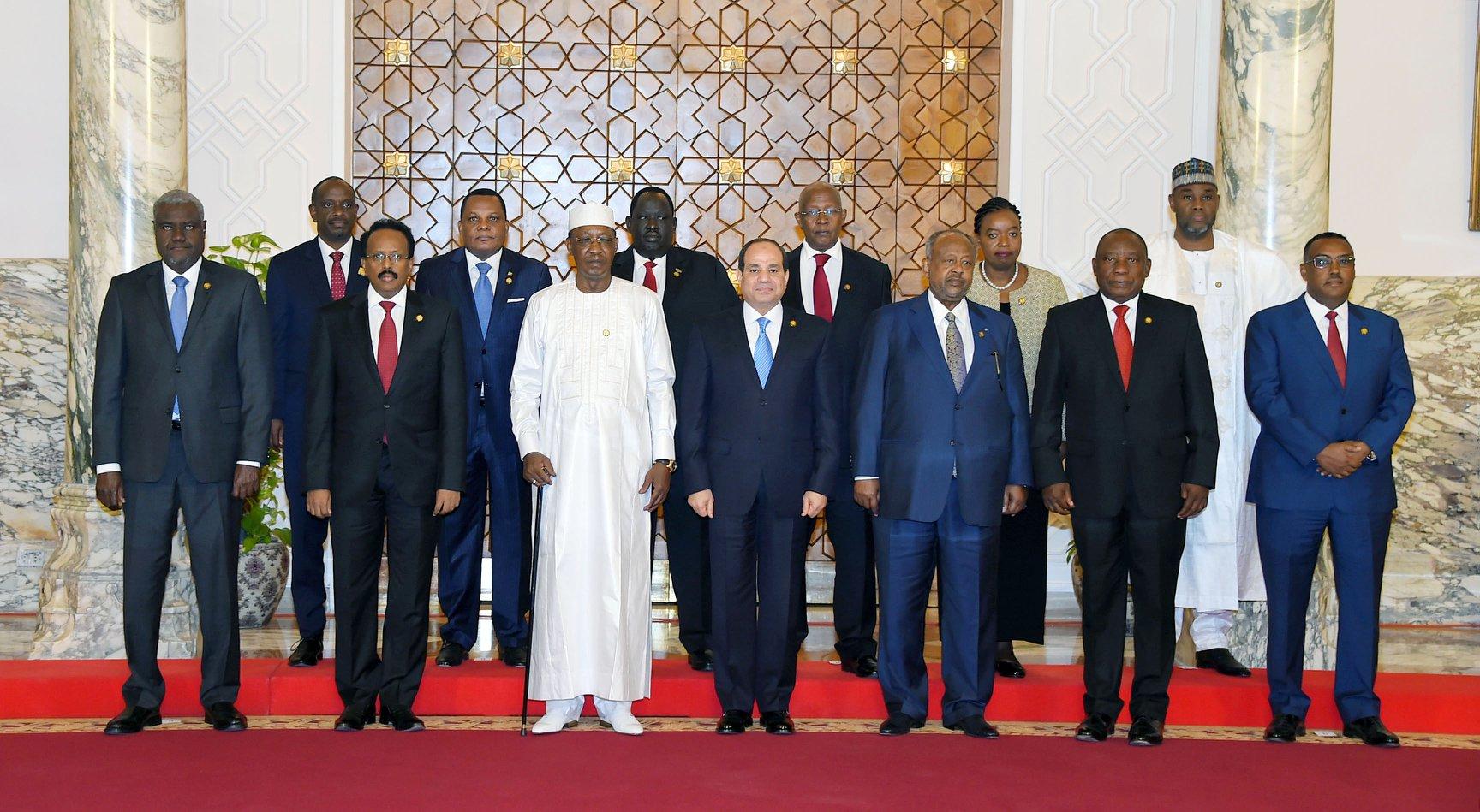 صورة تذكارية للزعماء المشاركين في القمة الأفريقية الطارئة لبحث الوضع السوداني (الصفحة الرسمية لمتحدث الرئاسة المصرية على فيسبوك)