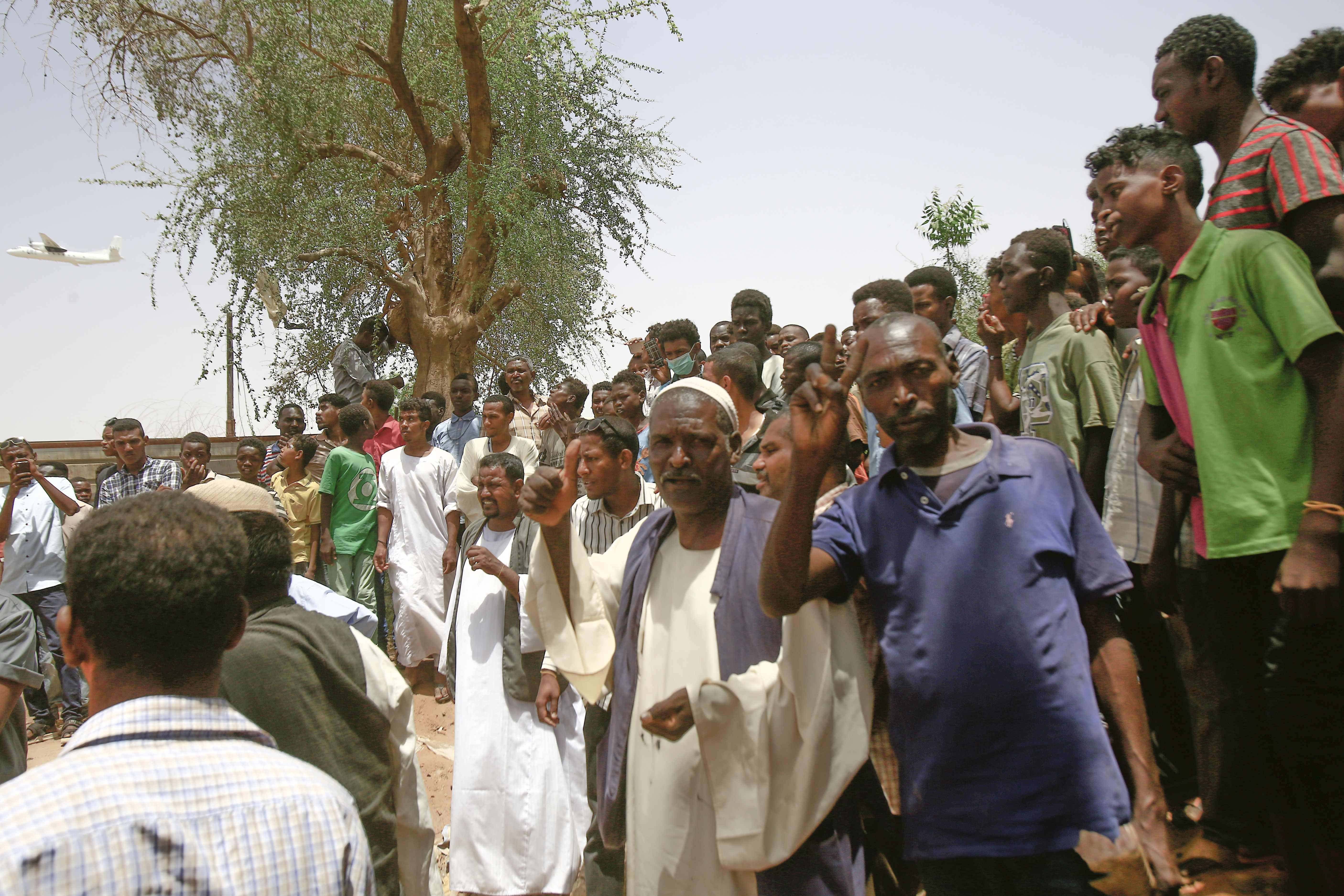 جانب من اعتصام السودانيين أمام مقر قيادة الجيش في الخرطوم (أ. ف. ب.)