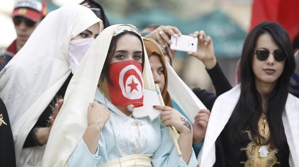 التونسيات يحرصن على ارتداء الأزياء التقليدية (رويترز)