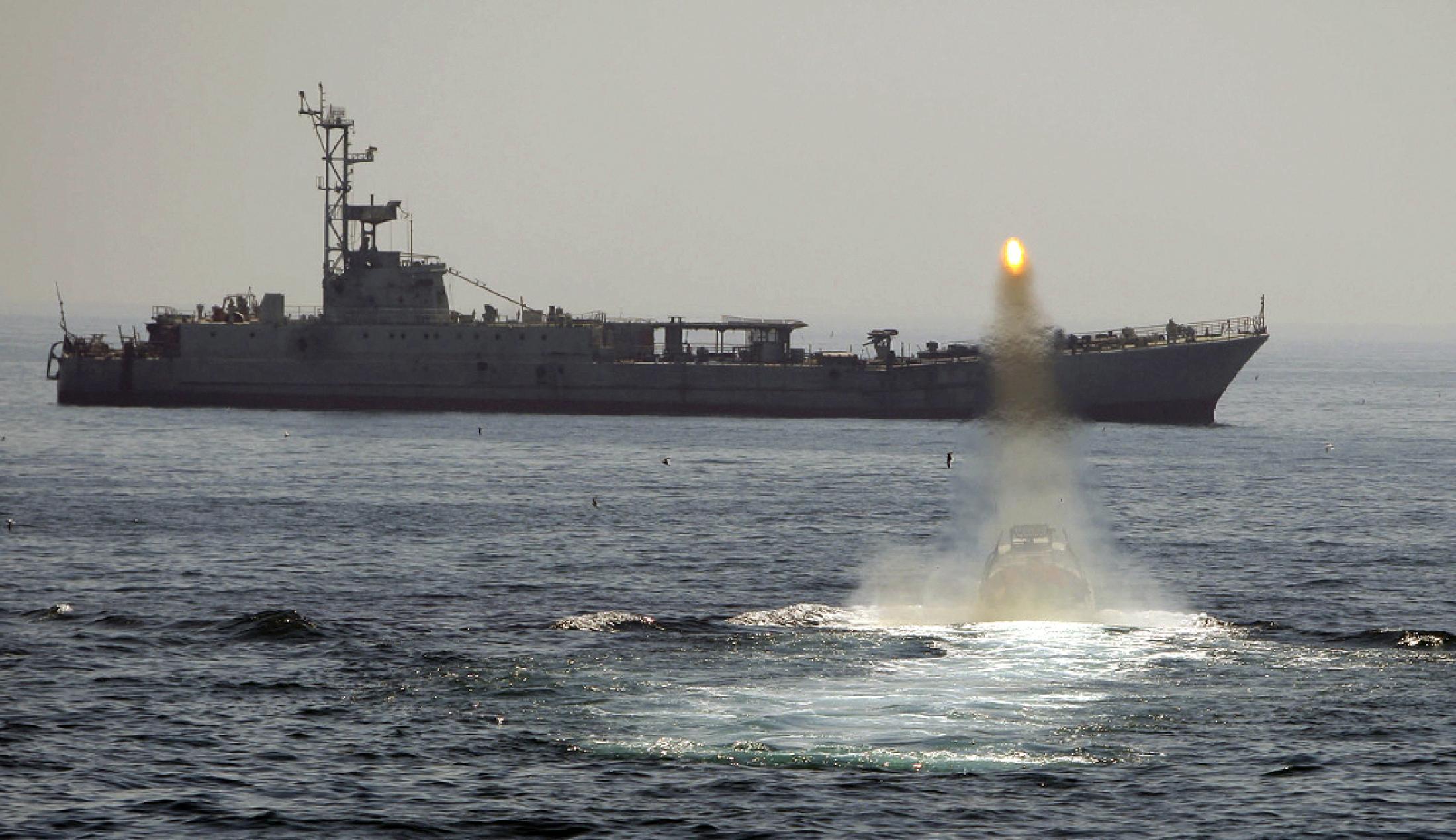 سفينة حربية إيرانية خلال تدريب عسكري في مياه الخليج (رويترز)