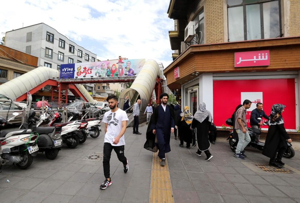 إيرانيون في أحد شوارع طهران (أ.ف.ب)
