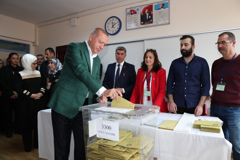 أردوغان لدى إدلائه بصوته في الانتخابات البلدية (الموقع الرسمي لرئاسة الجمهورية التركية)