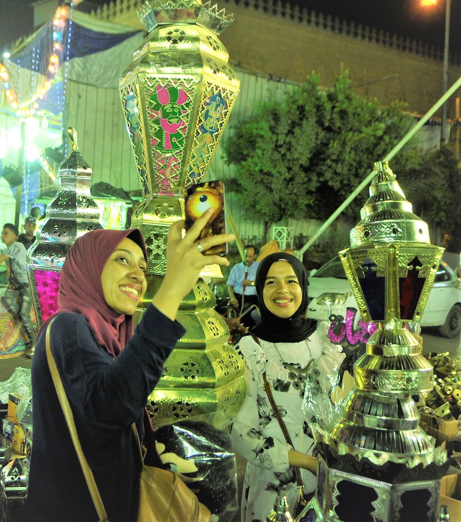 تزداد حركة البيع والشراء للفوانيس بشكل عام مع اقتراب شهر رمضان (حسام علي. إندبندنت عربية)