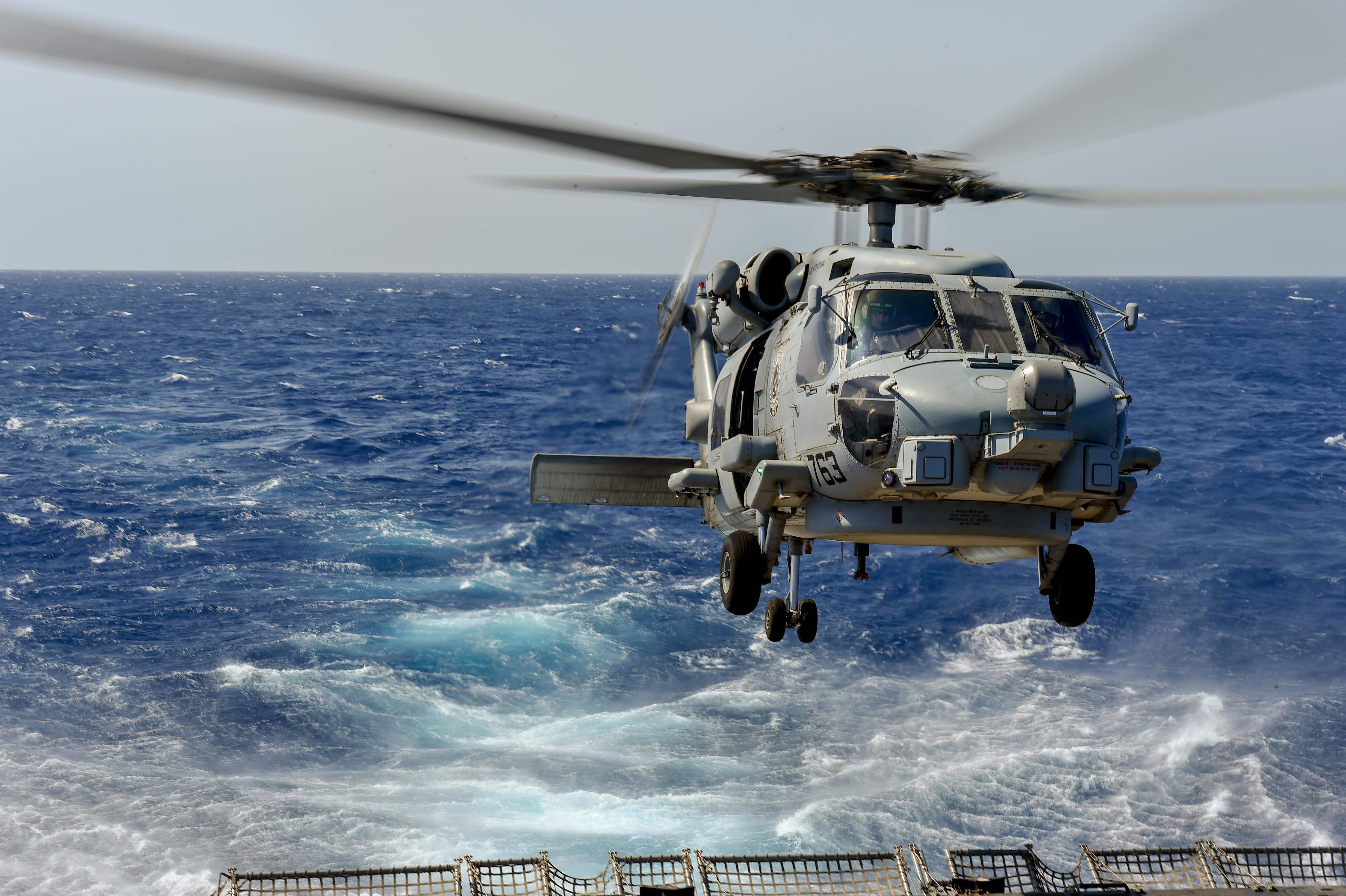 طائرة هيلكوبتر أميركية بعد تنفيذها إحدى المهام في منطقة الخليج العربي (أ.ف.ب.)