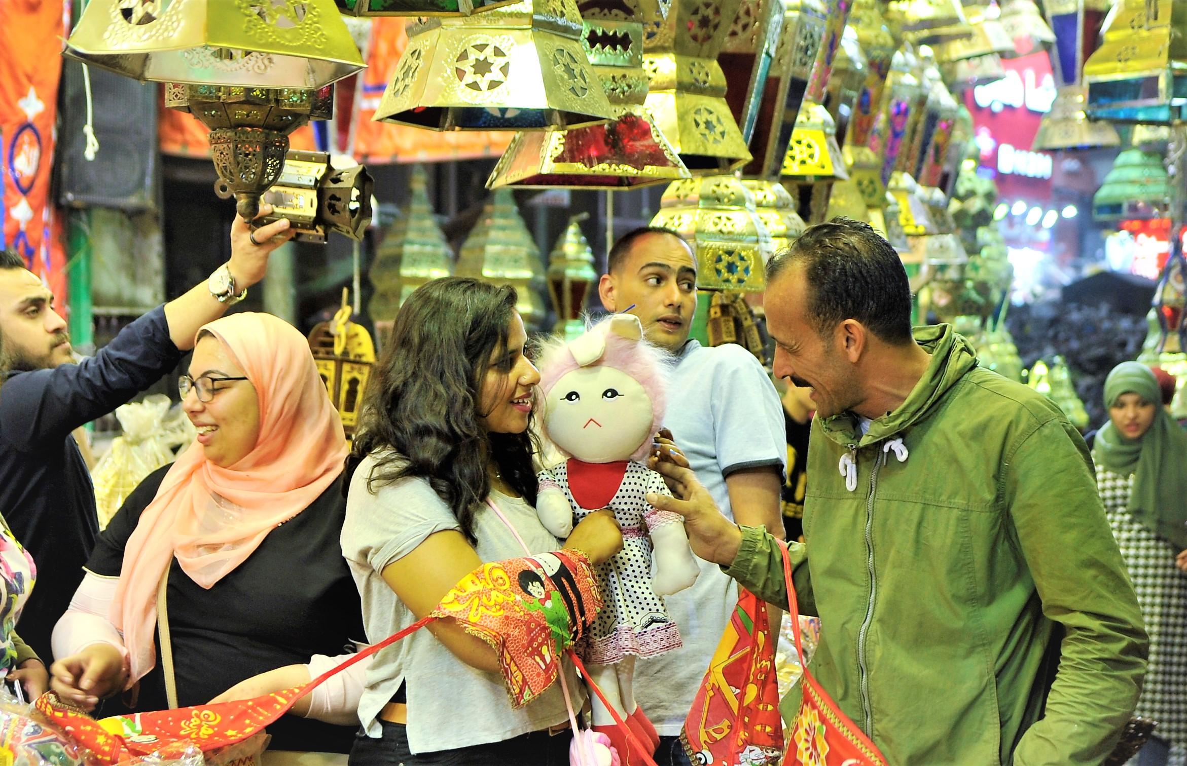 """العروسة طمطم أحد مظاهر شهر رمضان في مصر وكذلك """"بوجي"""" (حسام علي. إندبندنت عربية)"""