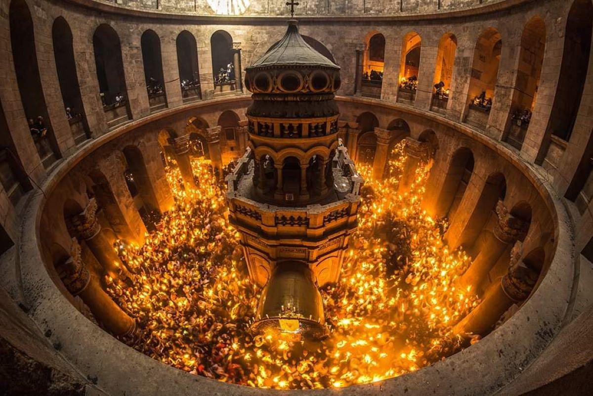 سبت النور في كنيسة القيامة.jpeg