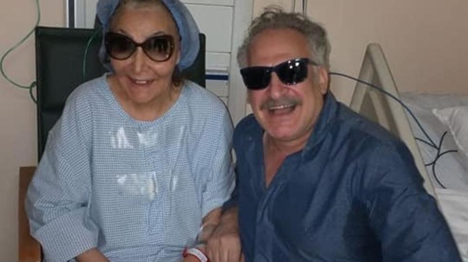 الفنانة سهير البابلي مع المخرج عمر زهران في المستشفى (حساب المخرج على فيسبوك)