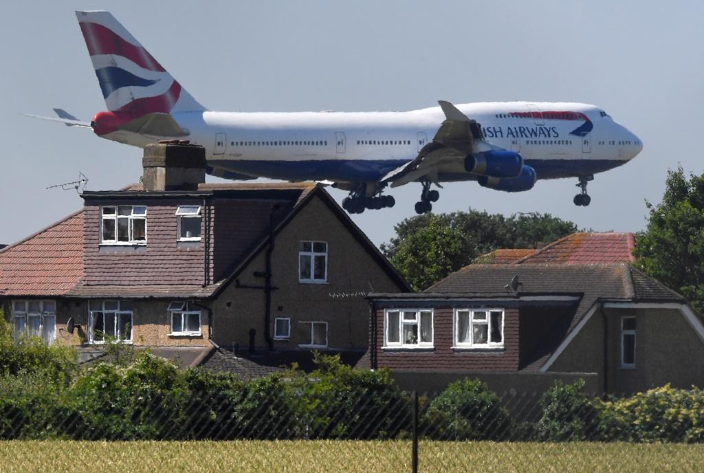 طائرة للخطوط البريطانية خلال عملية الهبوط في مطار هيثرو في لندن 25 يونيو 2018 (رويترز)