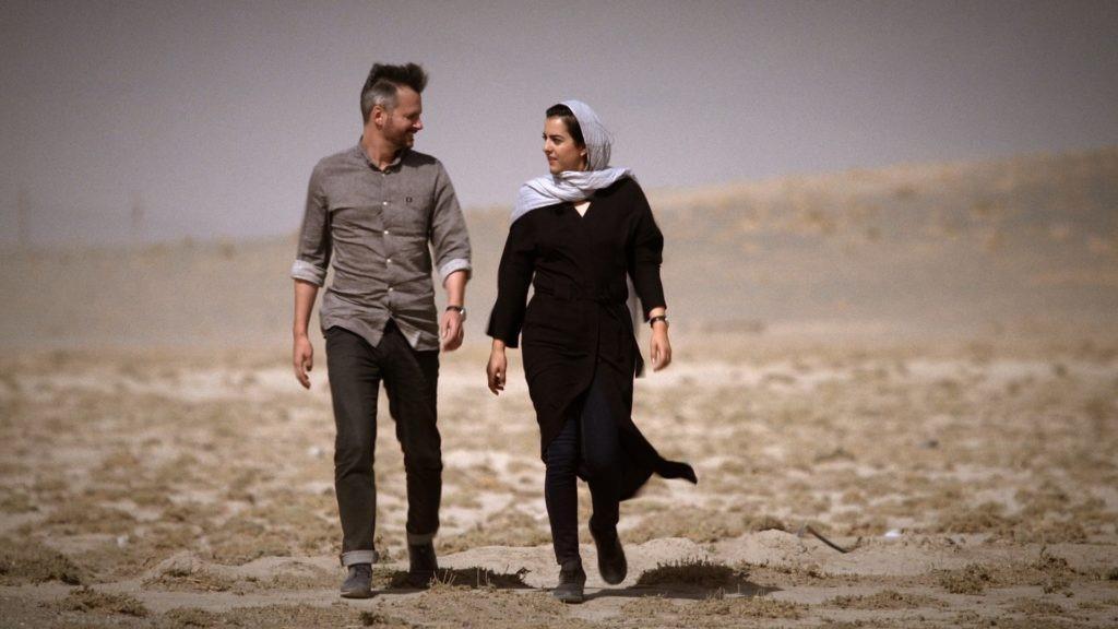 لقطة من فيديو نشرته نيويورك تايمز لتوماس إيردبرينك وزوجته نوشا تافاكوليان (نيويورك تايمز)