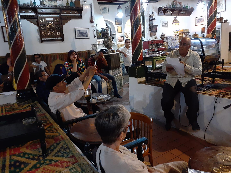 الشاعر السعودي محمد الحرز يقرأ في مقهى العالية.jpg