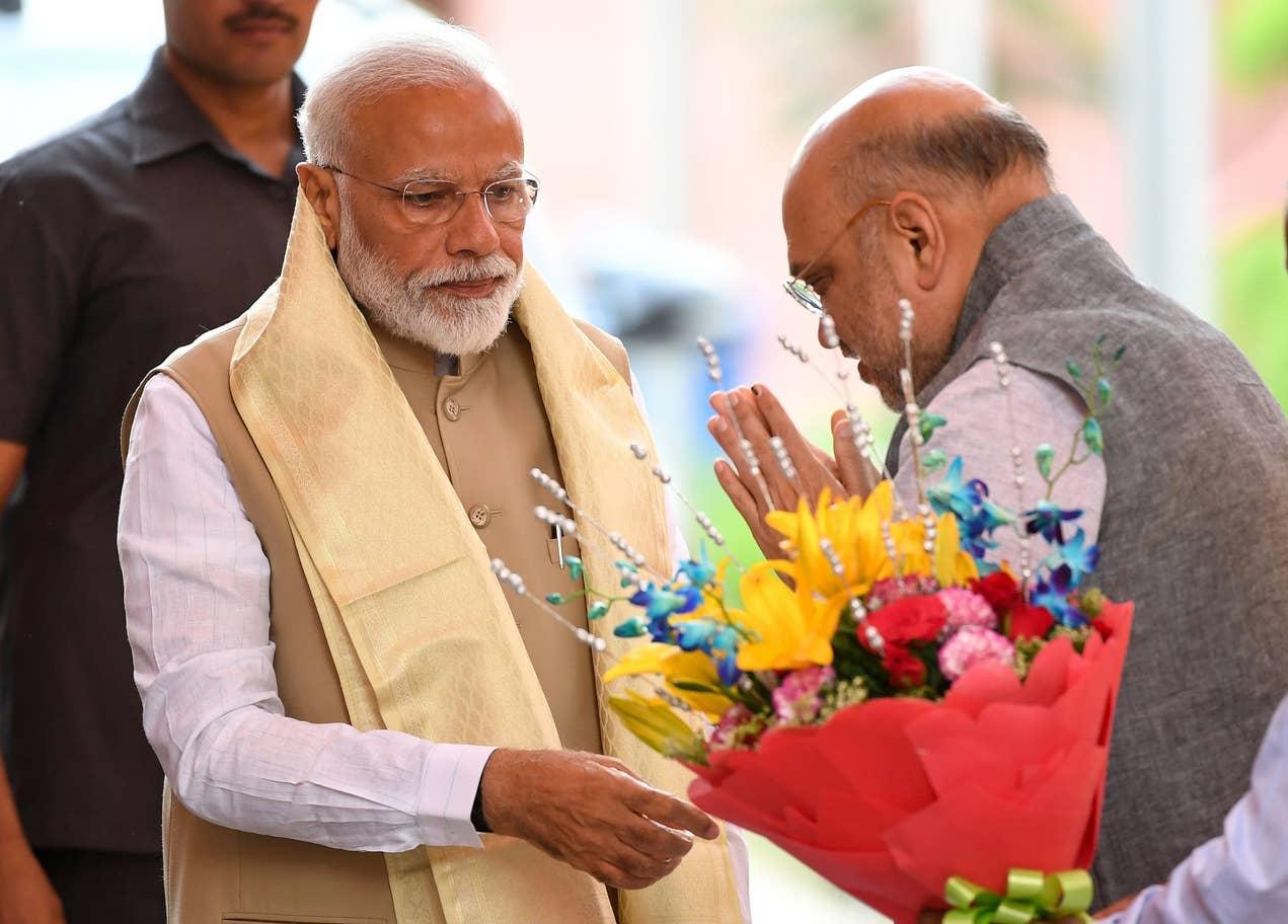 رئيس الوزراء  ناريندرا مودي يتلقى التهاني بالفوز بالانتخابات العامة الهندية (أ.ف.ب)