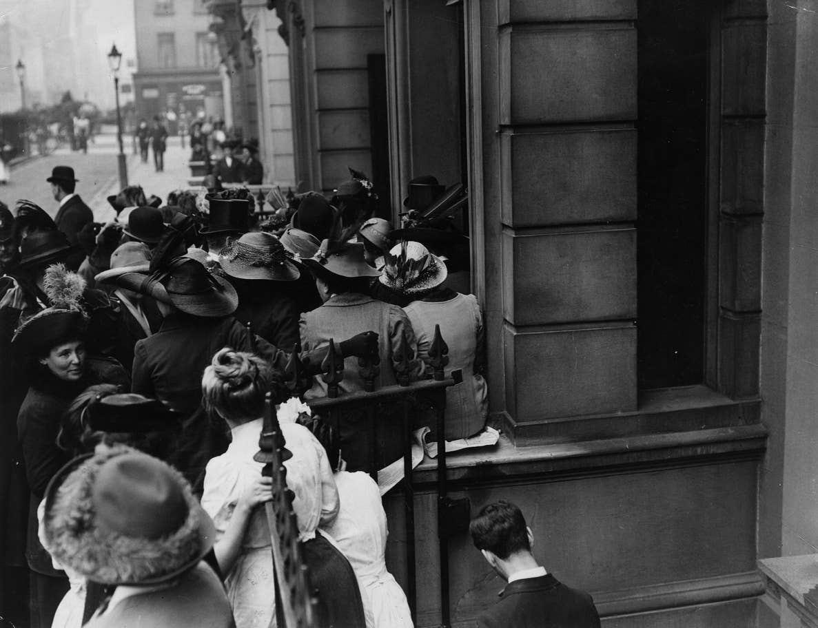 suffragettes-feather-hats-1913.jpg