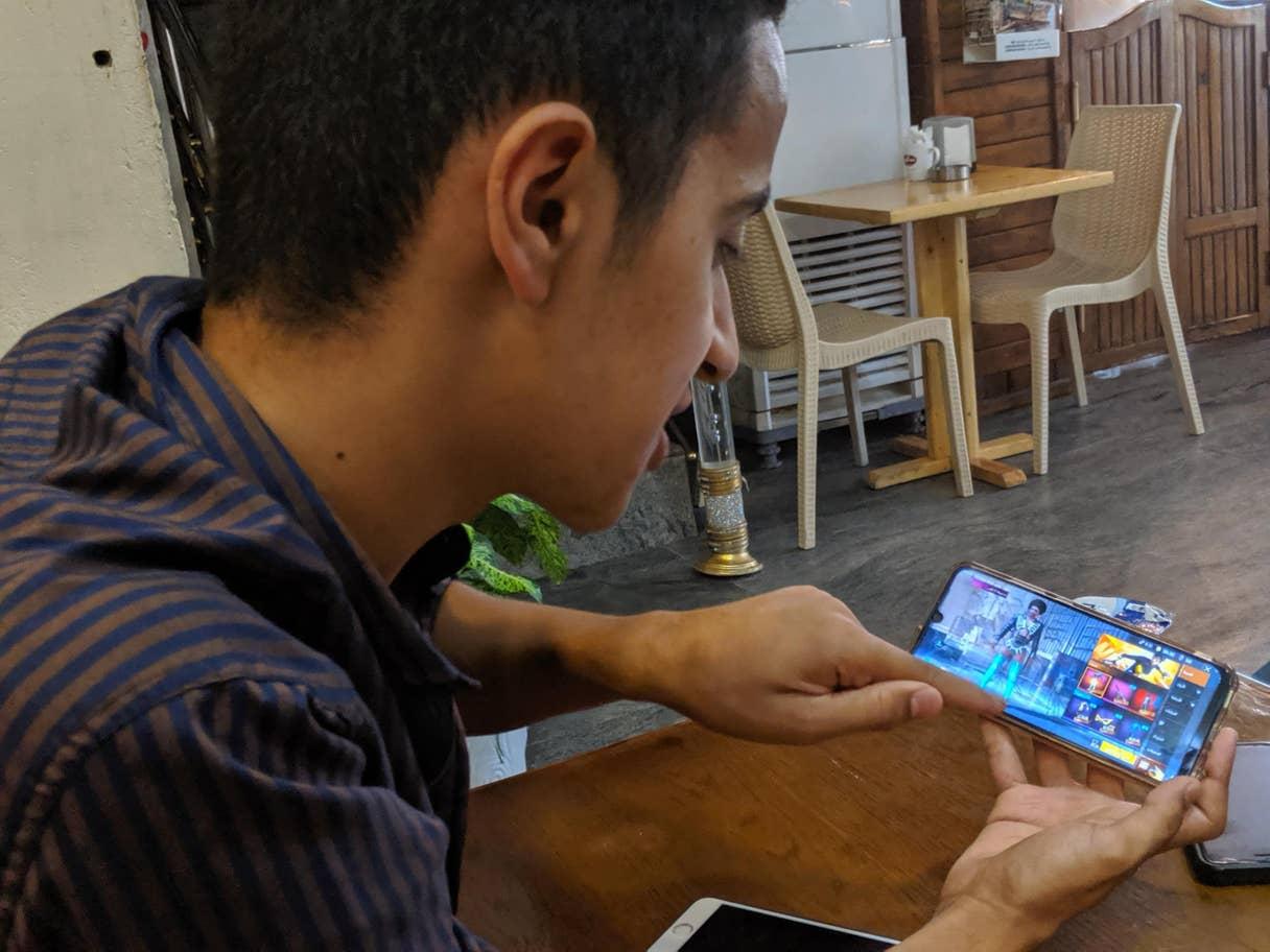 مصطفى ماجد يلعب الـPUBG في أحد مقاهي بغداد (عن الاندبندنت - ريتشارد هول)