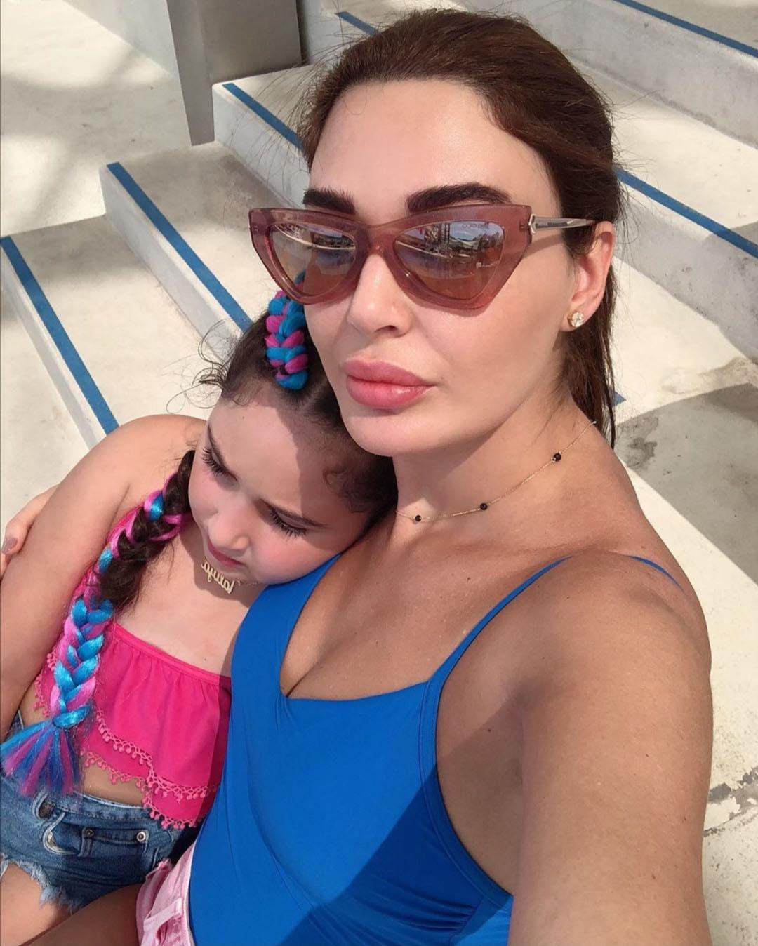 تحرص الممثلة والمغنية اللبنانية سيرين عبد النور على الحفاظ على خصوصية طفلتها تاليا (وسائل التواصل)