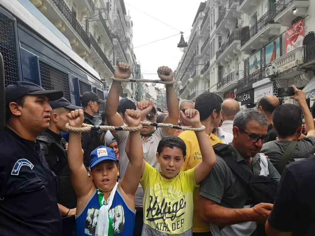 دخل المحتجون إلى الساحات الرئيسية في قلب العاصمة الجزائرية مكبلي الأيدي (اندبندنت عربية)