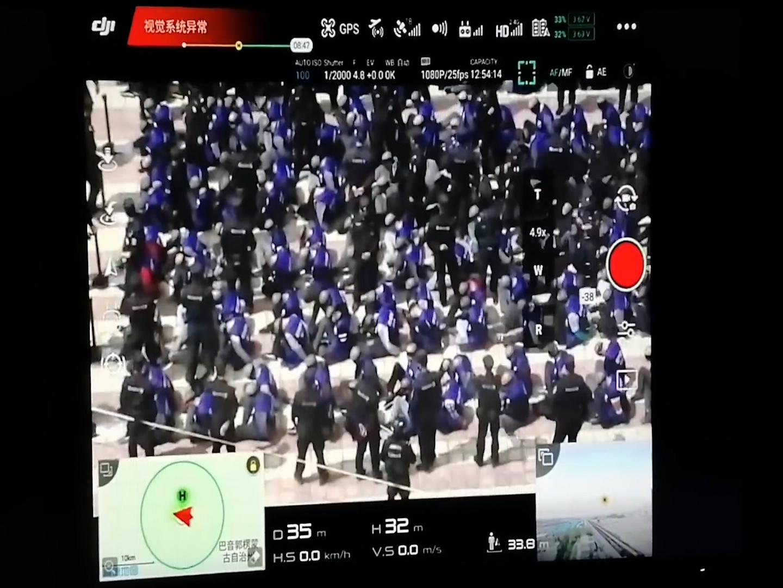 لقطة من فيديو وزعه ناشطون للشرطة الصينية تنقل معتقلين يقول جماعة وور اون فيير إنهم مسلمون (عن وور أون فيير)