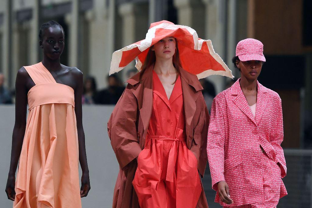 تطور صناعة واستهلاك الملابس يترك أثرا سلبيا على البيئة (أ.ف.ب)