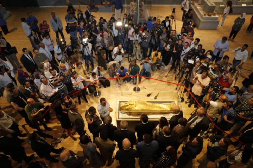 الظهور الأول لتابوت الكاهن ( نچم عنخ ) بعد عودته من نيويورك  ( الصفحة الرسمية لوزارة الآثار المصرية ).jpg