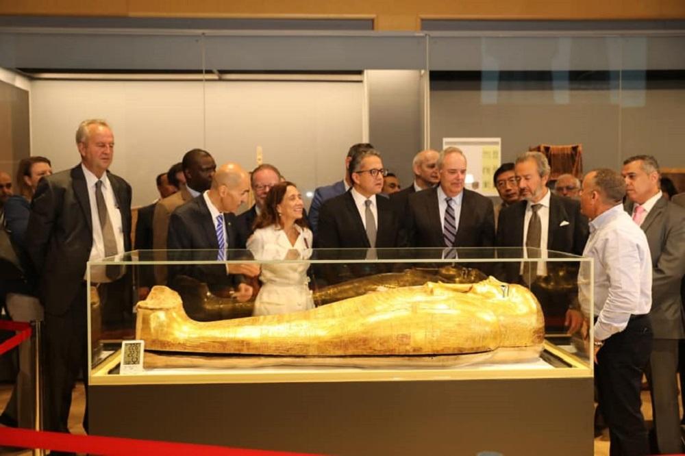 وزير الآثار خالد العناني أثناء عرض التابوت ( الصفحة الرسمية لوزارة الآثار المصرية ) (2).jpg