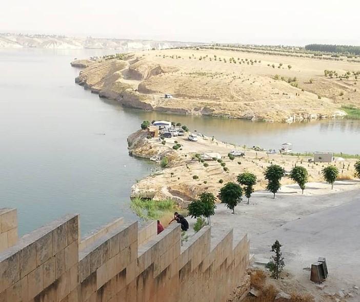 يحيط نهر الفرات بالقلعة (اندبندنت عربية)