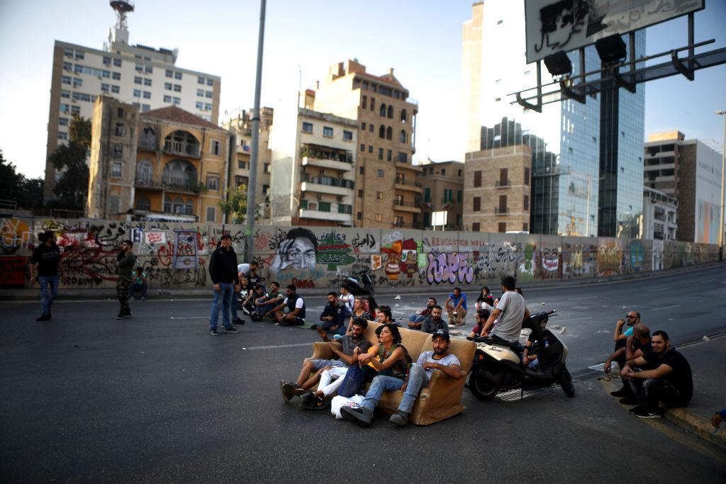 أقفل المحتجون جسر الرينغ في وسط العاصمة بيروت (غيتي)