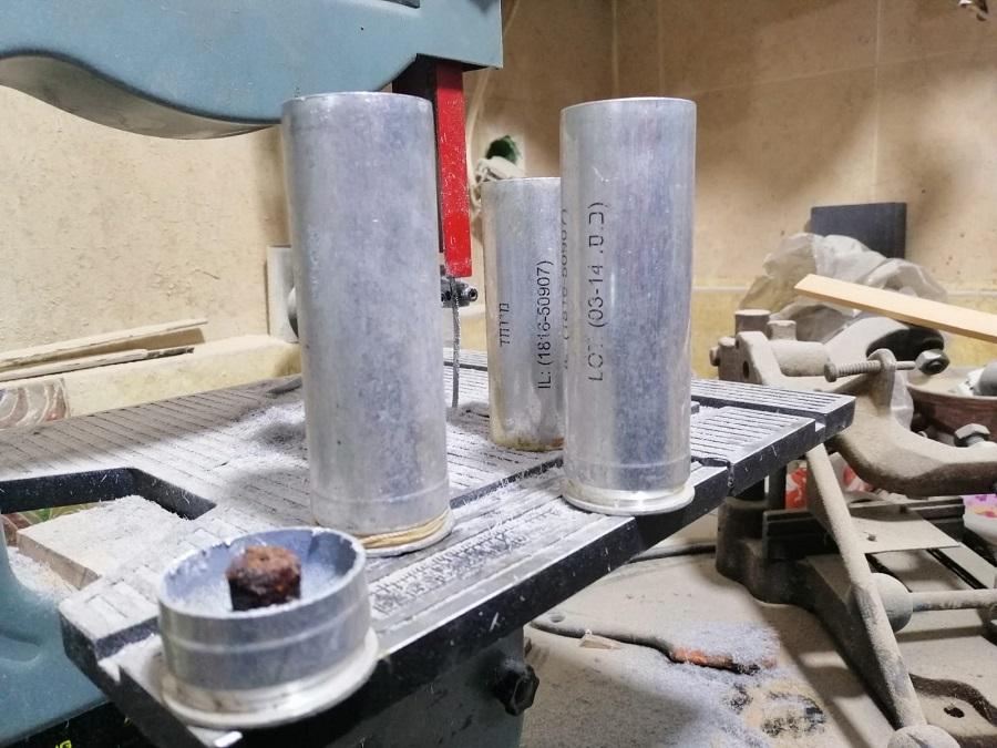 الفنان اكرم الوعرة يحول قنابل الغاز الى اكسسوارات.jpg