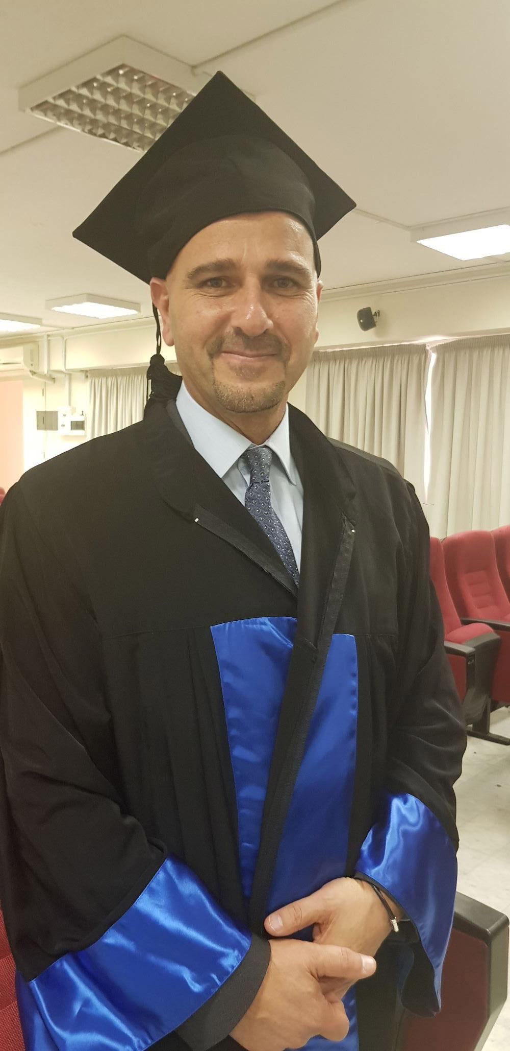 تخرج نديم محسن من الجامعة عام 1985 (اندبندنت عربية)