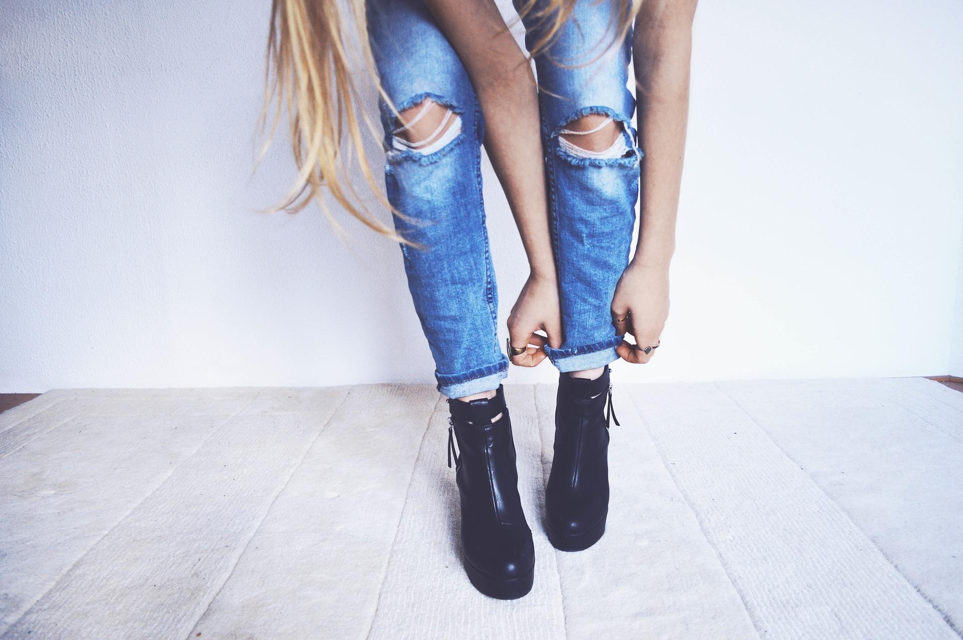 الجينز الممزق يناسب المراهقين وجيل الشباب من الرجال والنساء (pixabay)