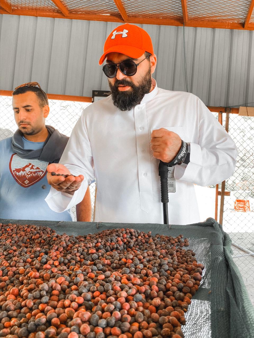 أحد السياح يتفقد محصوله (اندبندنت عربية)