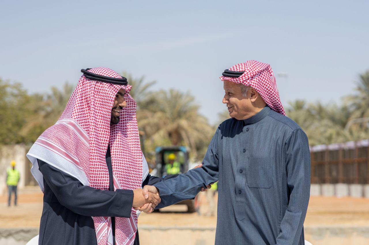 رئيس المجلس التحريري للعربية والحدث أثناء التوقيع (المدينة الإعلامية)
