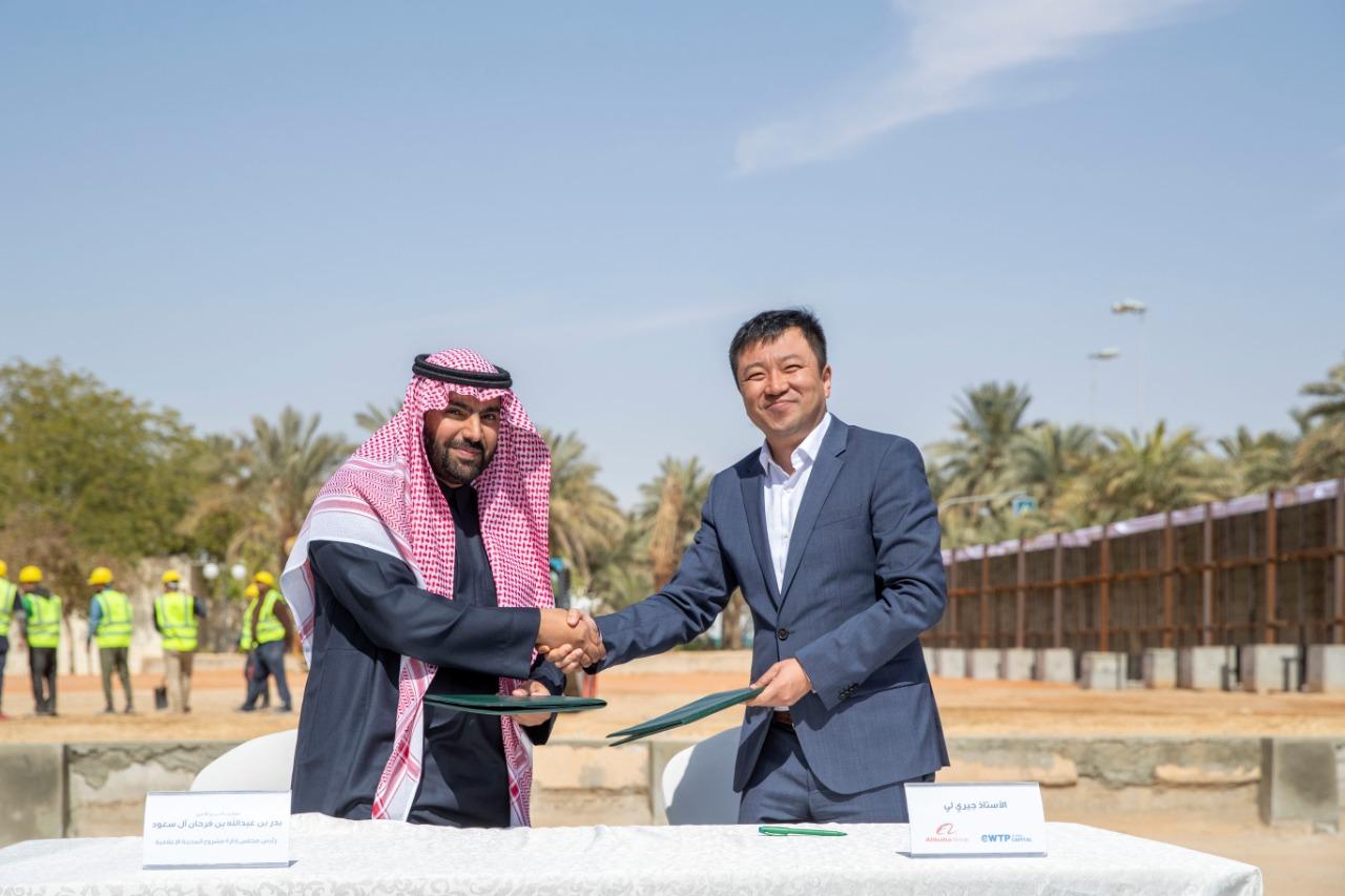 جيري لي العضو المنتدب في صندوق eWTP Arabia الاستثماري أثناء توقيعه اتفاقية التفاهم (المدينة الإعلامية)
