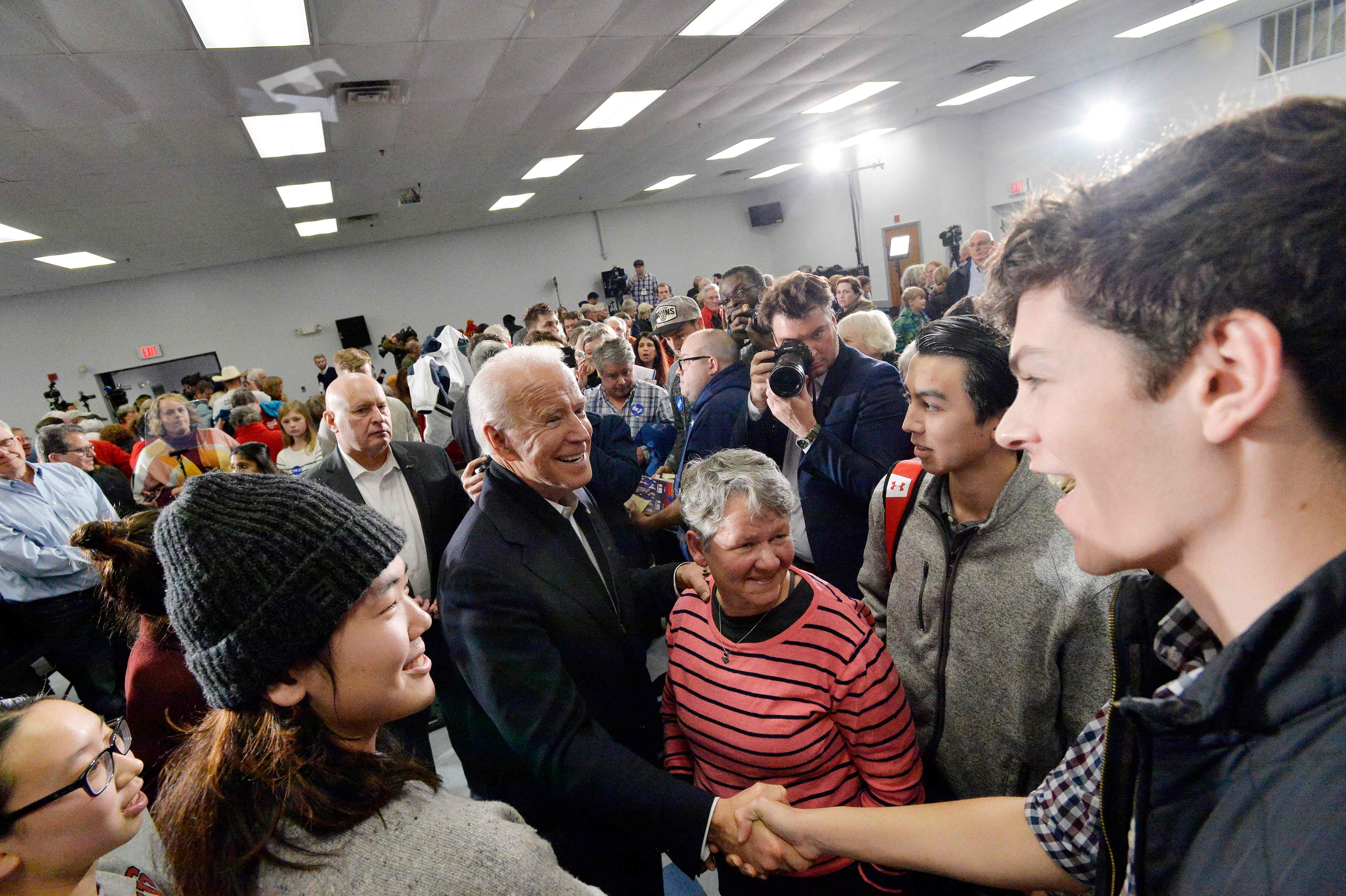 """بعد الفوضى في نتائج انتخابات """"آيوا""""، ادّعى غير مرشح ديمقراطي من بينهم جون بايدن، أنه الفائز، ما عمق الخلافات الحزبية"""