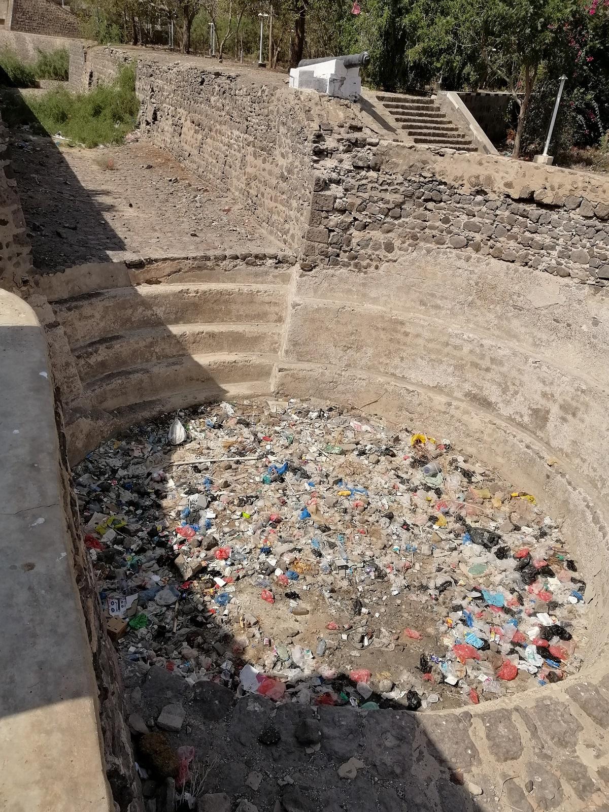عدن هويتي  . تكدس القمامة في قلعة صيرة.jpg