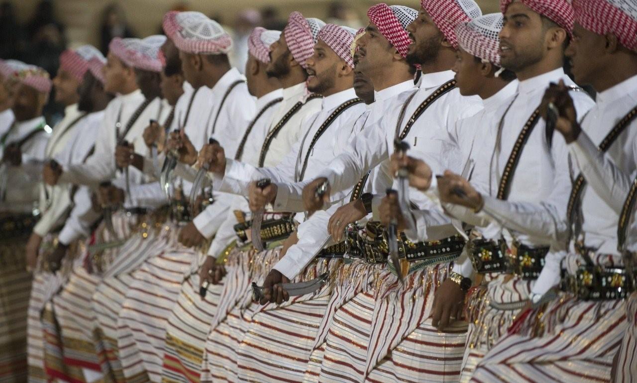 الفلكلور السعودي يجذب الأنظار برقصاته وأزيائه الفارقة. (وزارة الثقافة)