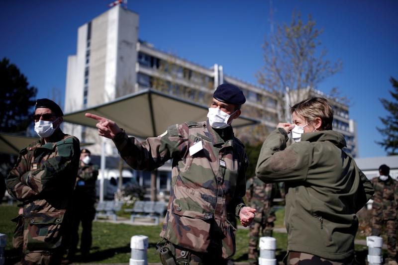 تشارك الجيوش في مكافحة وباء كورونا، فماذا عن المقارنة بين أسلحة المعارك واستعدادات مكافحة الجائحات؟